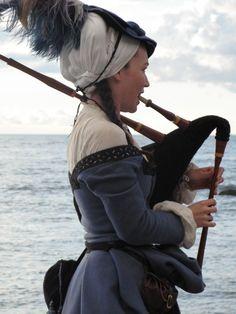 Rebecca Proknekt spelar säckpipa vid havet