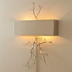 Luminaire mural au design unique et élégant orné de branches en métal chrome avec un abat-jour de métal fini chrome. Idéal pour donner une touche d'originalité et d'élégance à votre décor. Prévoir un délai de 4 semaines.