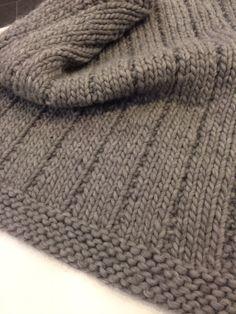 L'hiver est là et quoi de mieux qu'un belle couverture pour le traîneau, la  poussette ou le lit de bébé.  100% laine, 100% chaud. Super facile à tricoter.  Venez voir Maria, c'est elle qui l'a fait!  Winter is here and here is a nice baby blanket for the sled, the stroller  or the bed.  100% wool, 100% hot. Super easy to knit.  Come and see Maria, she's the one who made it!