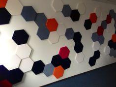 Sala konferencyjna w Warszawie. Kolekcja Fluffo HEXA (plastry miodu). Miękkie panele ścienne 3D Fluffo. Fabryka Miękkich Ścian.