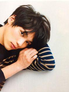 横たわる福士蒼汰。 Handsome Actors, Cute Actors, Asian Boys, Asian Men, J Star, Japanese Boy, Korean Men, Pretty Boys, Actors & Actresses