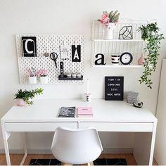 Sexta-feira de muito trabalho por aqui: blog atualizadíssimo preparando mais posts pra semana que vem e também muitos projetos sendo finalizados! Quem também ama quando o dia rende? {pic @mrscarlissa} . . #cdaescritorios #escritorio #homeoffice #mrscarlissa #blogcasadasamigas