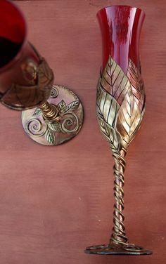 Sklenička na šampaňské * rubínové sklo, se zdobenou stopkou.