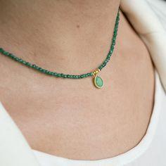 Gargantilla de piedras naturales Ágata facetadas con colgante de ónix verde en forma de lágrima, bolitas y cierre de Plata 925 con baño de oro.