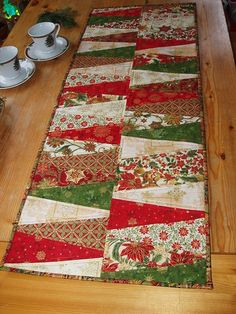talk about wonderfully easy! Christmas table runner More Table Runner Christmas, Xmas Table Runners, Christmas Placemats, Table Runner And Placemats, Christmas Tables, Patchwork Table Runner, Table Runner Pattern, Quilted Table Runners, Christmas Sewing Projects