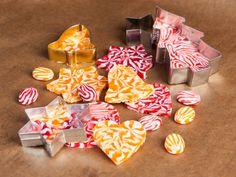 Diese Weihnachtsdeko könnt ihr auch noch Last Minute selber machen! Wir zeigen euch eine einfache Anleitung für Weihnachtsdeko aus Bonbons!