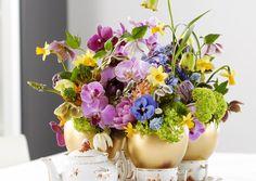 Pääsiäisen kukka-asetelmassa on kevään heleitä värejä ja kullanhohtoisia yllätysmunia. Katso Viherpihan ohjeet ja toteuta kaunis asetelma itse!
