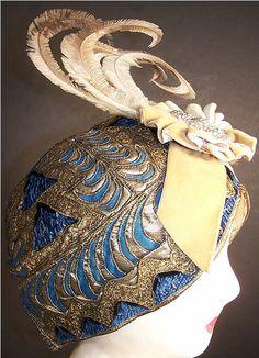 Art Deco cloche as fine an example of plumed evening wear as can be found. 20s Fashion, Art Deco Fashion, Fashion History, Vintage Fashion, Moda Art Deco, Art Nouveau, Vintage Accessoires, Art Deco Stil, Flapper Style