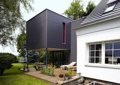 Starker Kontrast: das traditionelle Siedlungshaus und der kubistisch-futuristische Neubau.