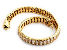Länge: ca. 18 cm. Gewicht: ca. 30,3 g. GG 750. Französische Gold- und Meisterpunze. Elegantes, geschmeidiges Armband zweireihig mit Brillanten besetzt, zus....