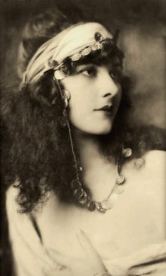 Labeled Evelyn Nesbit, but it is Marjorie Leet, Ziegfeld girl