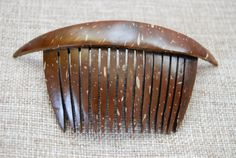 Beautiful Coconut shell decorative comb Leaf Crafts, Diy And Crafts, Arts And Crafts, Coconut Shell Crafts, Green Living Tips, Reduce Reuse Recycle, Bone Carving, Gourd Art, Shell Pendant