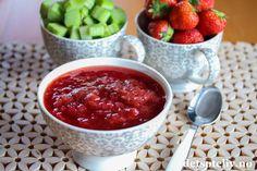 Det er den perfekte tiden for sylting og safting med sommerens bær! Jeg har laget tre deilige varianter av jordbærsyltetøy i det siste. Her får du den første:Supergodt sommersyltetøy med rabarbra og jordbær! Jordbær- og rabarbrasyltetøy smaker godt på brødskiva, boller, vafler og sveler etc, men er også herlig å bake med og bruke som fyll i gjærbakst, bløtkake og lignende. Søte jordbær og litt syrlige rabarbra er en ypperlig kombinasjon i syltetøy!