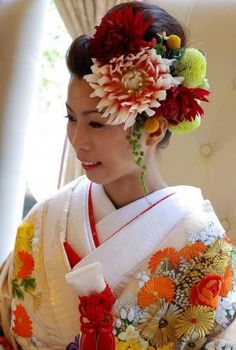 Wedding Kimono Hair with Flowers Japanese Things, Japanese Style, Japanese Fashion, Bride Hair Flowers, Bride Hairstyles, Hairdos, Kimono Design, Wedding Kimono, Japanese Wedding
