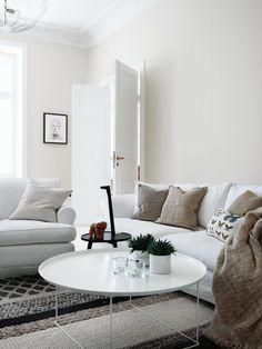 Skapa ett naturligt hem med vita och beiga färger. Väggen är målad i Beckers kulör Älvdans 525.
