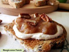 Una colazione a base di ricotta e pere aromatizzate allo zenzero su pane tostato per partire in quarta, con gusto e tanta energia.