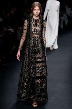 платье с золотистыми вышивками