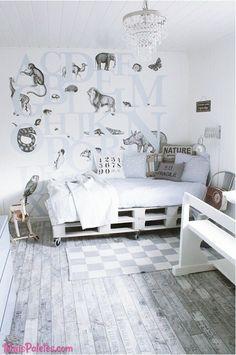 Cama com #paletes pintadas de branco #pallets #palletfurniture Veja tudo -> http://maispaletes.com/?p=1018