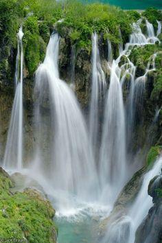 Stunning Croatia - a new addition to my travel bucketlist. http://beautifulplacestovisit.com/lakes/plitvice-lakes-national-park-croatia/