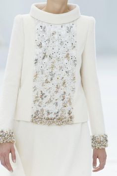 View all the detailed photos of the Chanel haute couture fall 2014 showing at Paris fashion week. Estilo Fashion, Fashion Mode, Womens Fashion, High Fashion, Chanel Couture, Couture Details, Fashion Details, Fashion Design, Chanel Fashion