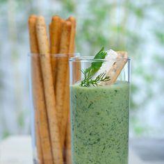 Découvrez la recette Cocktail de concombre aux herbes fines sur cuisineactuelle.fr.