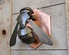 Hand made bee door knocker. Steel plate, beaten and formed into shape, mounte. Cool Doors, Unique Doors, Metal Art Projects, Metal Crafts, Metal Animal, Door Knobs And Knockers, Door Knockers Unique, Blacksmith Projects, Scrap Metal Art