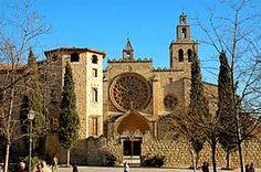 Provincia de Barcelona. El Monasterio de Sant Cugat , antigua abadía benedictina, fue construido en el siglo IX disponiendo de un excelente claustro y alojaba los restos de San Cucufato (Cugat en catalán) en una pequeña iglesia próxima edificada en el siglo V.