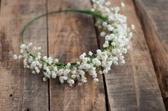 How to Make a Baby's Breath Crown. A baby's breath crown is a fun way to add some style to your outfit. For example, you could wear a baby's breath crown to a summer music festival to create a flower child look. Babys Breath Crown, Baby Breath Flower Crown, Babys Breath Flowers, Flower Girl Crown, Floral Crown, Flower Crowns, Flower Girls, Diy Flower, Boho Baby Shower