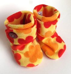 Items similar to Soft Soled Boots. Cozy Polar Fleece Booties in Yellow, Orange, and Red Bright Flowers.Love, These Fleece Baby Booties wonder if these would stay on better than baby socks? by SAburnsHey everyone, it's Presley Fleece Projects, Baby Sewing Projects, Sewing For Kids, Sewing Ideas, Baby Shoes Pattern, Shoe Pattern, Baby Patterns, Handgemachtes Baby, Diy Bebe