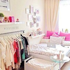 Quarto pequeno é assim mesmo: confortável e fofo. Invista em araras para organizar sua roupas e prateleiras para expor suas coisinhas!