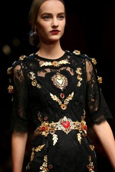 Image issue du site Web http://fashionshug.com/wp-content/uploads/2015/03/Womens-Spring-Golden-Heart-Outfits-2015-Fashion-Show-by-Dolce-Gabbana-8.jpg
