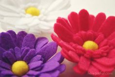 Beautiful felt daisy tutorial and pattern (she also sells the licence if you want to sell items with it :)