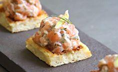 Comidinhas para comer em uma mordida só: veja receita do tartare de salmão sobre miniwaffle de batata em forma de fingerfood.