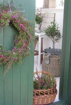 """Kransen er laget av røsslyng, erica og krøkebærlyng. Foto fra """"Husfruas Memoarar"""""""
