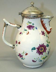 Tea / Coffee pot em porcelana Chinesa de Cia das Indias do sec.18th, 24,5cm de altura, 21,140 EGP / 8,050 REAIS / 2,460 EUROS / 2,790 USD https://www.facebook.com/SoulCariocaAntiques