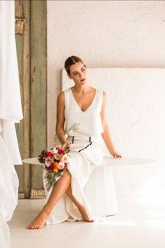 Un dos piezas con un toque negro Para novias que buscan un toque de negro en su vestido de novia, conjunto de dos piezas de Inés Martín Alcalde compuesto por un top de seda y falda con costuras en negro.