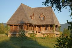 Maramures Chateau / Country House Rental: Casa Maris - Lovely Traditional Home In A Spectacular Landscape Sauna Design, Wood Architecture, Butterfly House, Rooms For Rent, Witch House, Cabins In The Woods, Traditional House, My House, House Plans