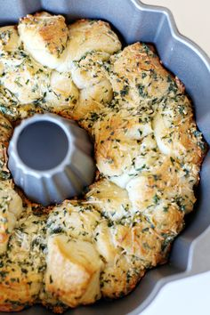 This garlic monkey pull apart bread recipe is so easy to make a delicious! Bake in a bundt cake pan and it's ready to serve at a party! recipes Recipe: Garlic Parmesan Monkey Bread - See Vanessa Craft Garlic Monkey Bread, Pull Apart Garlic Bread, Pizza Monkey Bread, Easy Garlic Bread, Monkey Bread Easy, Garlic Cheese Bread, Garlic Knots, Pizza Pull Apart Bread, Appetizers