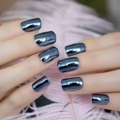 Nail art is a very popular trend these days and every woman you meet seems to have beautiful nails. It used to be that women would just go get a manicure or pedicure to get their nails trimmed and shaped with just a few coats of plain nail polish. Winter Nails, Spring Nails, Summer Nails, Winter Nail Designs, Short Nail Designs, Wedding Nail Polish, Mirror Nails, Metallic Nails, Manicure E Pedicure