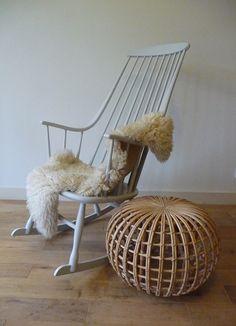 Rocking chair Grandessa designed in 1958 by Lena Larsson for Swedish Nesto.  Schommelstoel Grandessa van Lena Larsson voor het Zweedse Nesto uit 1958. In een matte zachtgrijze verf geschilderd.  Op een armleuning zit een gaatje, deze is overgeschilderd (zie 9e foto). Verder in uitstekende vintage conditie.  Afmetingen:  Prijs: € 185,-