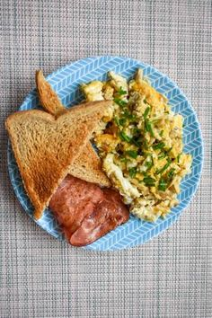 Desayuno saludablepara dieta de huevos revueltos con tostada Healthy Desayunos, Healthy Oatmeal Recipes, Healthy Meal Prep, Healthy Breakfast Recipes, Healthy Snacks, Morning Food, Aesthetic Food, Brunch, Love Food