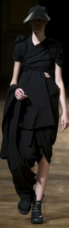 See all the Collection photos from Yohji Yamamoto Spring/Summer 2016 Ready-To-Wear now on British Vogue Dark Fashion, I Love Fashion, Fashion News, Fashion Show, Women's Fashion, Yohji Yamamoto, Japanese Fashion Designers, Spring Summer 2016, Paris Summer
