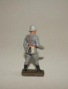 """""""Flak-Artillerist stehend bedienend"""" -Massesoldat 7,5 cm Lineol-    Gefertigt 1936-1939 Leicht bespielt mit leichtem Farbverlust und Spannungsriss am Hals."""