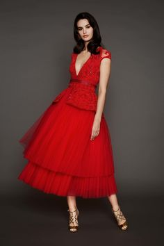 Naeem Khan Pre-Fall 2017 Fashion Show Collection: See the complete Naeem Khan Pre-Fall 2017 collection. Look 13 Red Fashion, Fashion 2017, Runway Fashion, Fashion Show, Fashion Dresses, Beautiful Gowns, Beautiful Outfits, Tea Length Cocktail Dresses, Evening Dresses