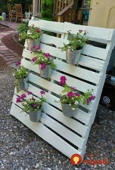 Namiesto črepníkov vysadili kvety a bylinky do vyradených paliet a vyzerá to… Instead of pots, they planted flowers and herbs in discarded pallets and it looks amazing: 17 inspirations for the yard and terrace! Vertical Pallet Garden, Pallets Garden, Pallet Exterior, Pallet Decking, Pallet Furniture Designs, Farmhouse Landscaping, Diy Garden Projects, Flower Boxes, Planting Flowers