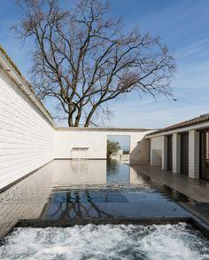 Blick aus der Sauna über den Pool