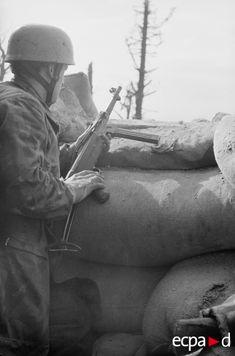 Durant la première bataille de Cassino, le Fallschirmjäger.Regiment.1 a pour mission de tenir la Calvarienberg (colline 593) et le monastère de Cassino. Le 15 février 1944, après un bombardement américain qui détruit le monastère, les parachutistes du Fallschirmjäger.Regiment.1 se réfugient dans les ruines et y installent leurs positions défensives qui dominent toute la vallée. Date : 15-18 février 1944 Lieu : Monte Cassino, Italie