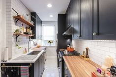 Why a Galley Kitchen Rules in Small Kitchen Design Galley kitchens are a popular layout thanks to their efficiency. Check out these galley kitchen layouts in Sweeten renovations. Open Galley Kitchen, Small Galley Kitchens, Galley Kitchen Design, Galley Kitchen Remodel, Narrow Kitchen, New Kitchen, Home Kitchens, Kitchen Small, Kitchen Designs