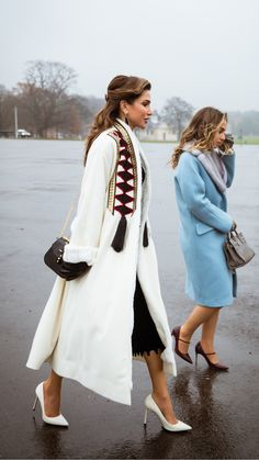 Queen Rania Wears Regional Brands Abadia And Okhtein To Her Daughter's Graduation Royal Fashion, Look Fashion, Fashion Models, Fashion Design, Classy Outfits, Chic Outfits, Fashion Outfits, Womens Fashion, Iranian Women Fashion