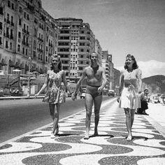 Jovens caminhando no calçadão de Copacabana! 1941